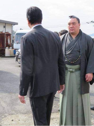 日本大臣协会的负责人Hakkaku今天(2017.11.14)在Fukucha Kokushai中心会面,审问Harumafuji和他的yogama。