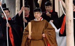 日本的明仁天皇举行宗教仪式