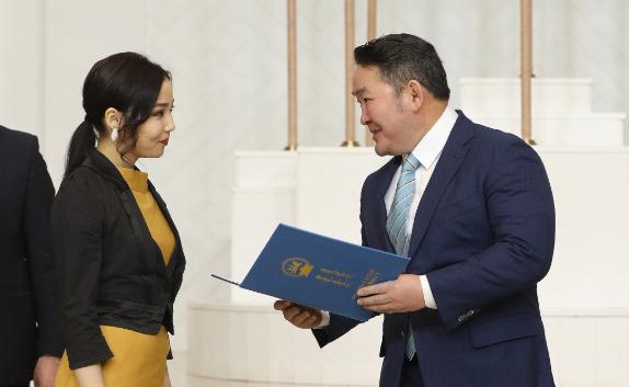 18 Year Old Girl Welder Awarded By Mongolian President News Mn