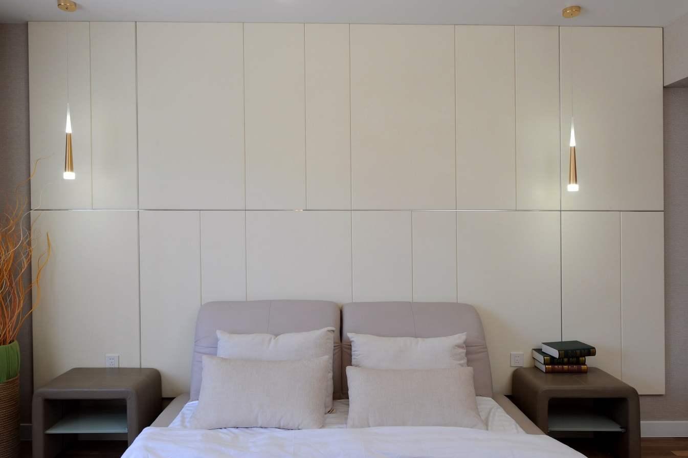 Арьсан гоёлын хана бүхий унтлагын өрөөтэй