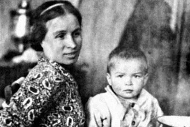 Алдарт балетчин Рудольф Нуреев ээжтэйгээ...