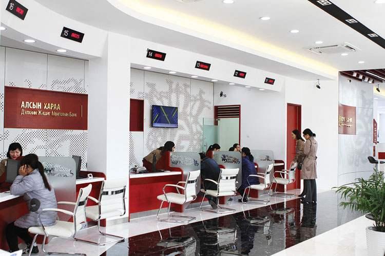 Банкууд олон улсын жишигт нийцэхүйц интерьер дизайнаар орчноо бүрдүүлдэг.