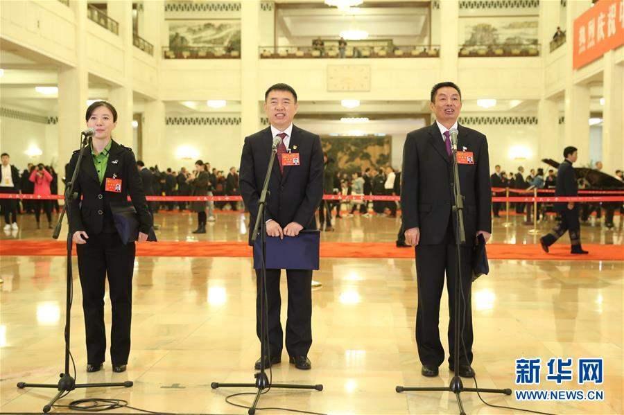Зүүн гар талаас Төлөөлөгч Сюэ Ин, Төлөөлөгч Ли Ван Жүн, Төлөөлөгч Сү Чи Жин.