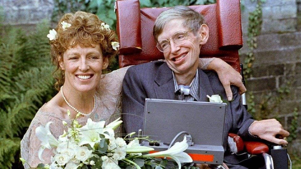 Хокинг хожим өөрийн асрагчаар ажиллаж байсан Элайн Мэйсонтой дотносч, 1995 онд түүнтэй гэрлэсэн юм. Тэд 11 жил хамт амьдраад салжээ.