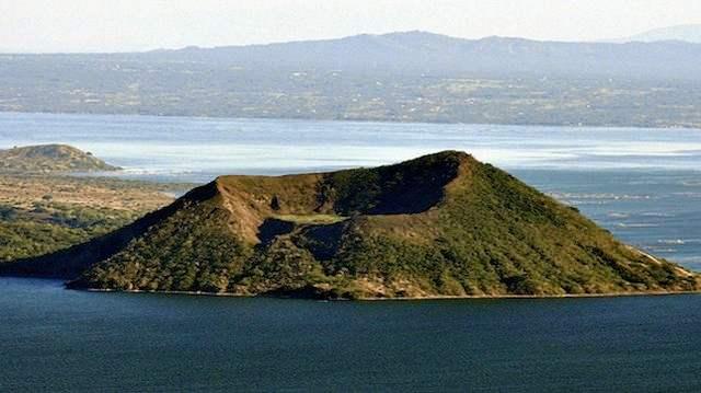 Лаак нуурт орших галт уул бүхий арал