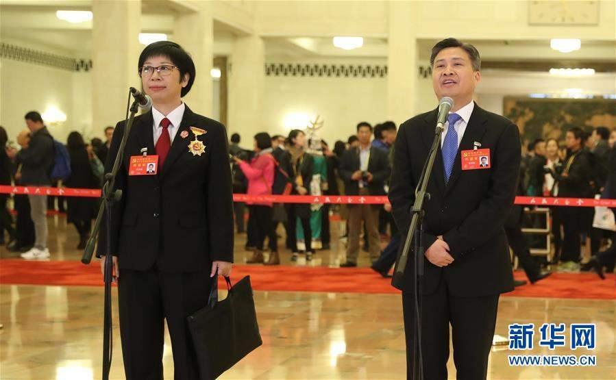 Зүүн гар талаас Төлөөлөгч Хуан Жи Ли, Төлөөлөгч Чэн Мин Чуан.