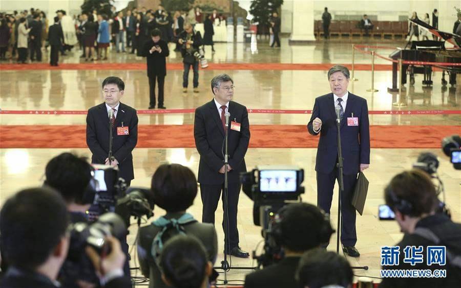 Зүүн гар талаас Төлөөлөгч Ван Эн Дун, Төлөөлөгч Си Чүнтао, Төлөөлөгч Жан Рүй Мин.