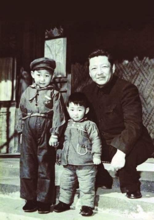 Зүүн талаас Си Жиньпин төрсөн дүү болон аавын хамт