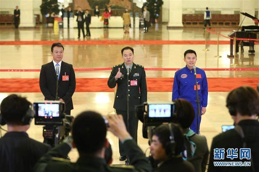 Зүүн гар талаас Төлөөлөгч Жао Хон Бо, Төлөөлөгч Жин Хай Пен, Төлөөлөгч Тан Жялин.