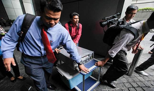 Malaysia Development Berhad -ийн оффисуудад нэгжлэг хийж байгаа нь. Куала-Лумпур, 2015 оны зун  Фото: JoshuaPaul / AP