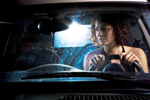 Эмэгтэй хүн жолооны ард