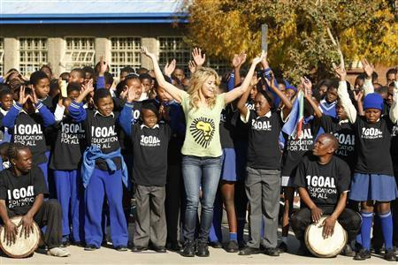 Шакира Өмнөд Африкт бүжгийн хичээл зааж байна
