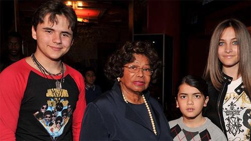 Жексоны ээж асран халамжлах эрхээ сэргээлгэв