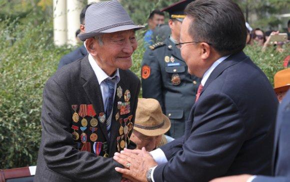 Ахмад дайчдад одон медаль гардууллаа