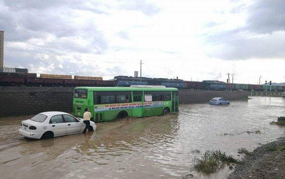 Үерийн далан сэтэрч, машинууд усанд суужээ