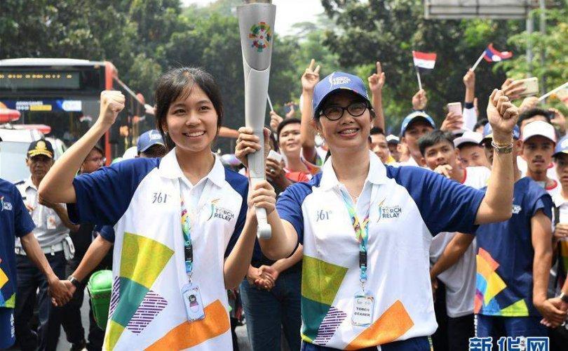 Азийн олимпийн бамбарыг Жакарта хотод дамжууллаа