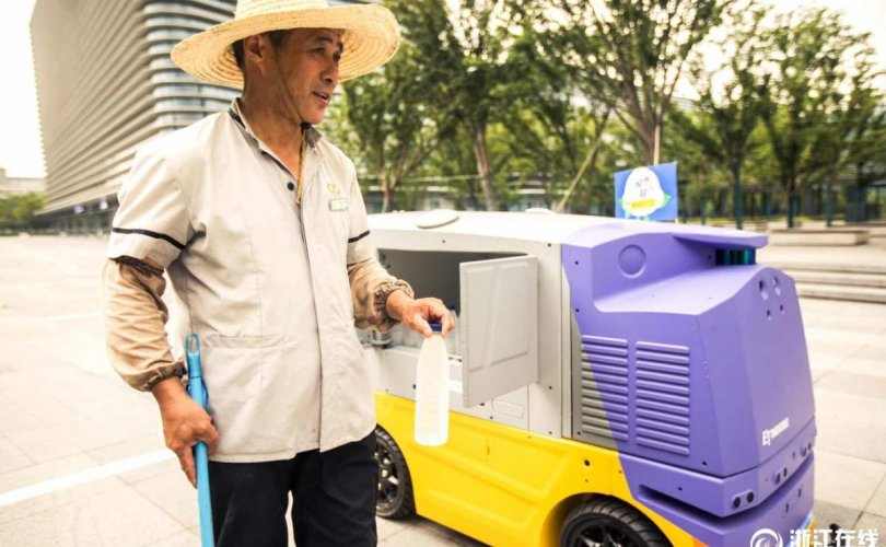 Үйлчилгээний ажилтнуудад ус хүргэдэг робот