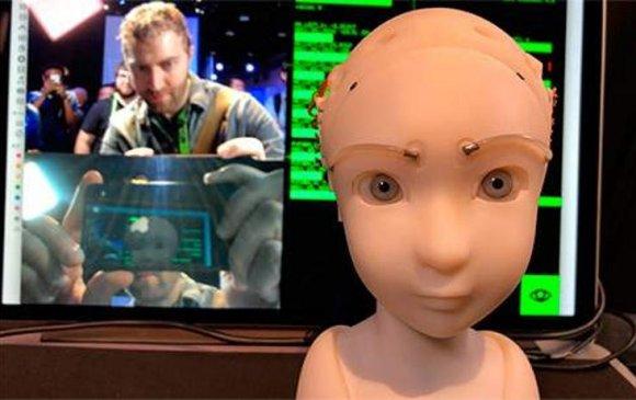 Нүүрний хувирлыг дуурайж чаддаг робот
