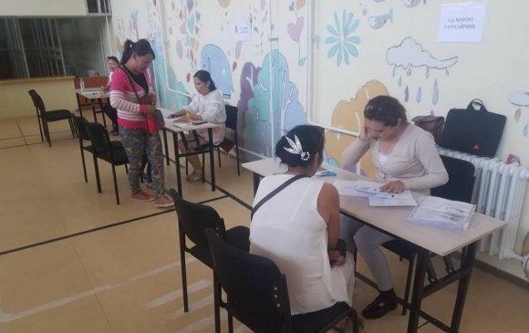 Сургуулийн элсэлтэд шалгалт хийж байна