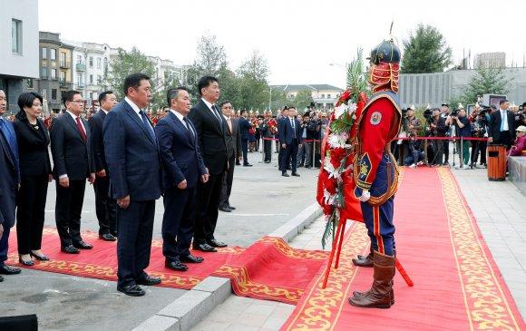 Улс төрийн хилс хэрэгт хэлмэгдэгчдийн дурсгалыг хүндэтгэж, цэцэг өргөв