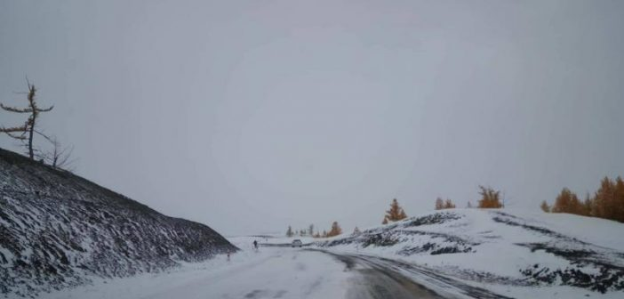 Хөвсгөл аймагт их хэмжээний цас орж зам даваа хаагджээ