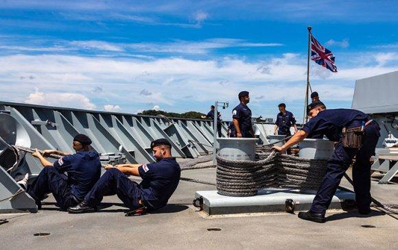 Хятадууд зөвшөөрөлгүй ирсэн Британийн хөлөг онгоцыг явуулахыг шаардав