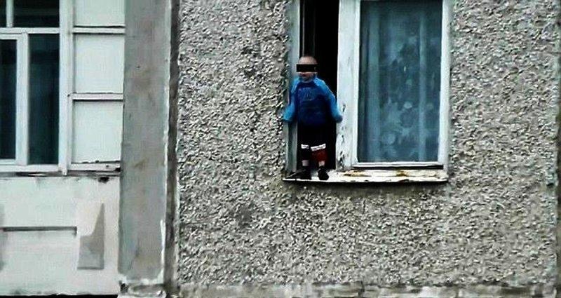 Таван настай хүү цонхоороо унах гэж байсныг аварчээ