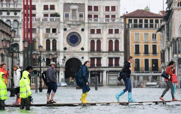 Түүхийн баялаг дурсгалтай Венец хот үерт автжээ