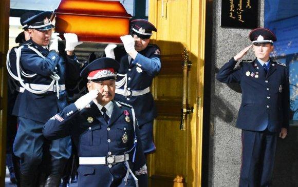 Монголын цагдаа түүнд мэхийн ёслов
