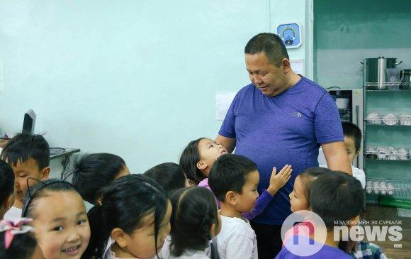 50 хүүхдээ эрхлүүлэх Д.Алтанхуяг багш