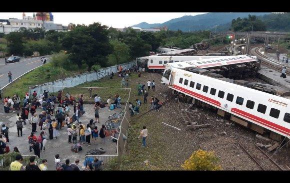Галт тэрэг замаасаа гарч 18 хүн нас барж, 170 хүн бэртжээ