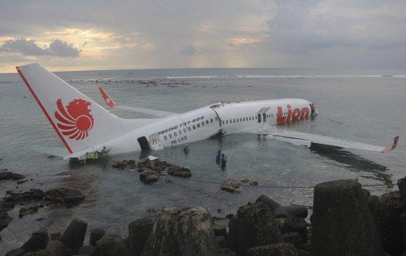 Индонезийн онгоц далайд осолджээ