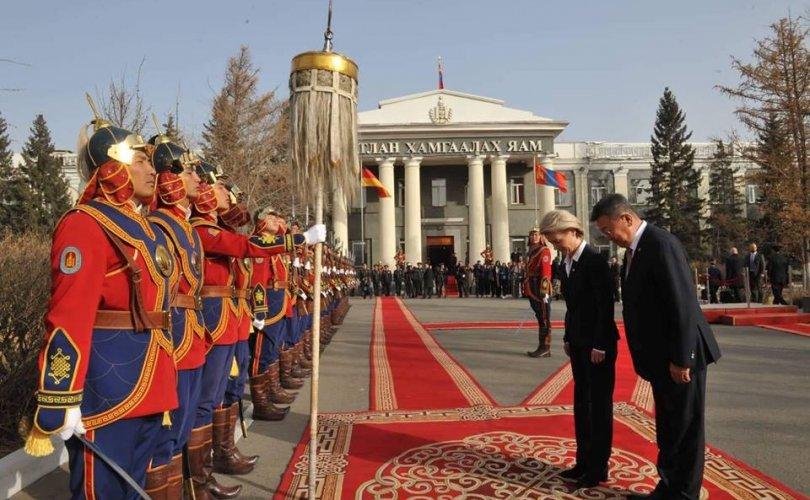 Германы Батлан хамгаалахын сайд Монголд айлчилж байна
