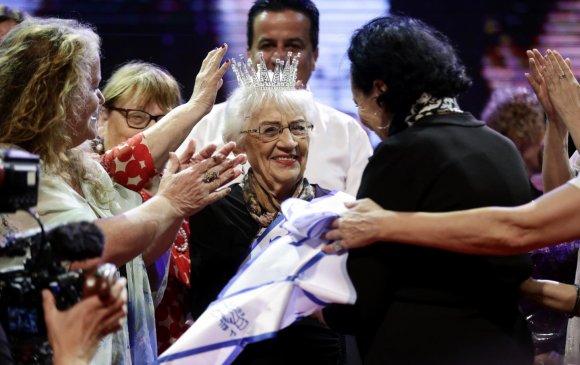 """""""Холокостоос амьд үлдэгсдийн мисс""""-ийн титмийг 93 настай эмээд гардуулжээ"""