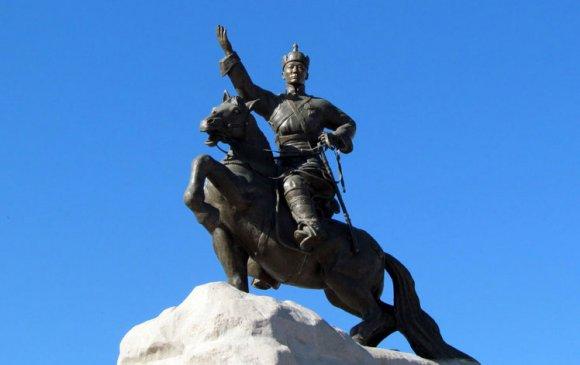 Улаанбаатар хотын төв талбайд Д.Сүхбаатарын хөшөөг барьжээ /1946.11/
