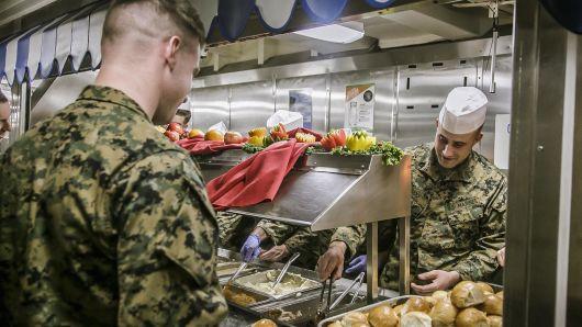 Пентагон хилийн чанадад байгаа цэргүүддээ талархлын баярын хүнс илгээжээ