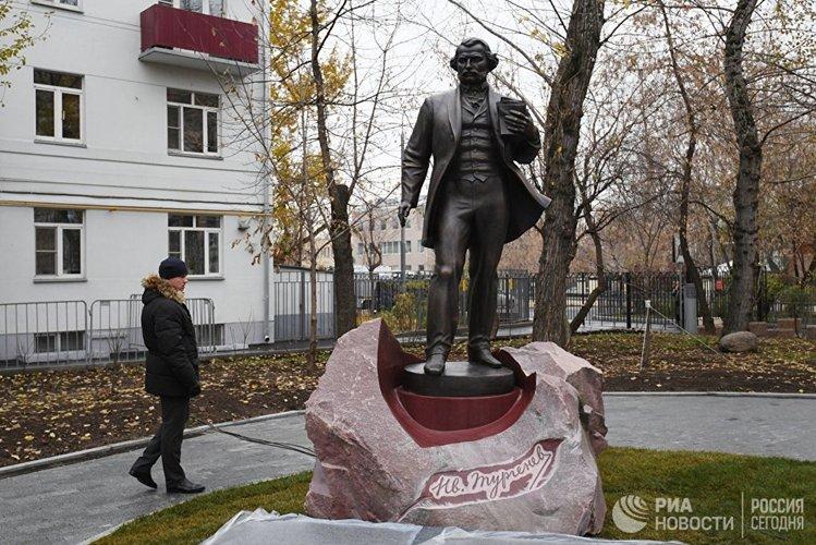 Москва хотноо Тургеневийн хөшөөний нээлт боллоо