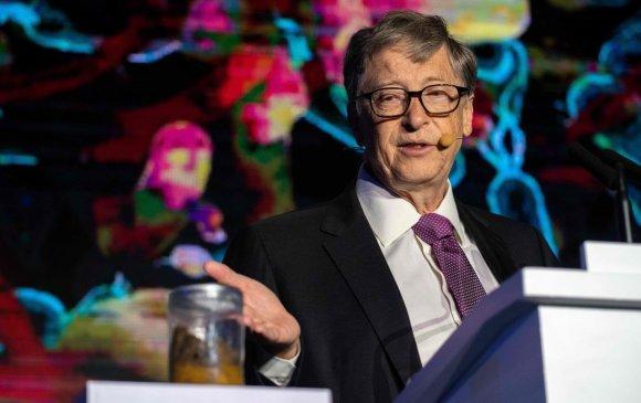 Гартаа хүний өтгөн барьсан Билл Гейтс
