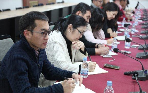 Сэтгүүлчид Дархан хотын бичил уурхай, алтны нийлүүлэлтийн үйл явцтай танилцлаа