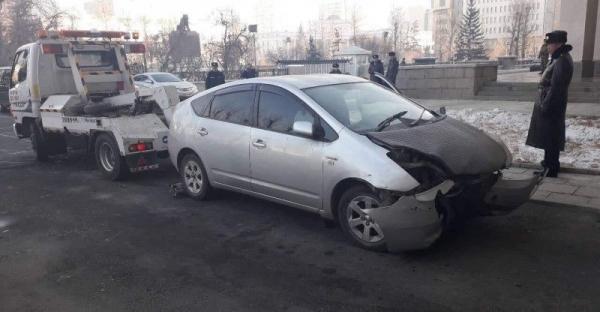 Согтуу жолооч Төрийн ордны хашааг мөргөжээ