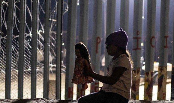 АНУ-ын хил дээр хоригдож байсан долоон настай охин нас баржээ