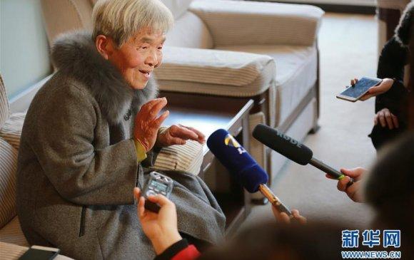 81 настай эмээ их сургууль төгслөө