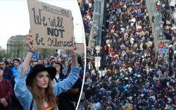 """Унгарчууд """"боолын гэрээ""""-г эсэргүүцэн, жагсаж байна"""