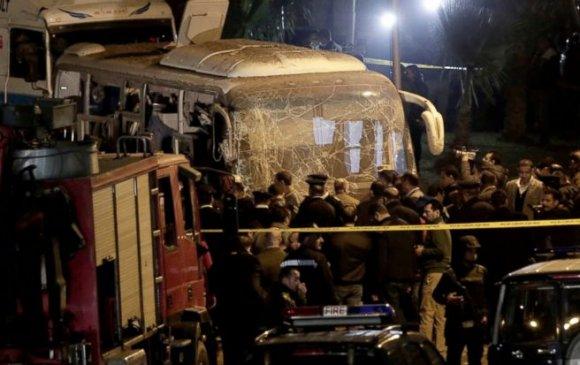 Египетийн пирамидын ойролцоо жуулчны автобусыг бөмбөгджээ