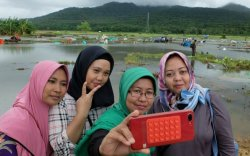 Индонезчууд цунамид нэрвэгдсэн газар очиж сэлфи хийж байна