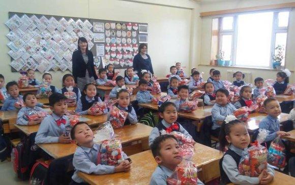 Дуурийн театрын бэлэг алслагдсан сургуулийн сурагчдад очжээ