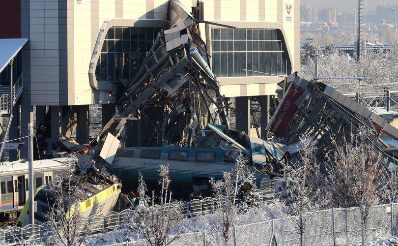 Туркэд хурдны галт тэрэг осолдож, дөрвөн хүний амь хохирчээ
