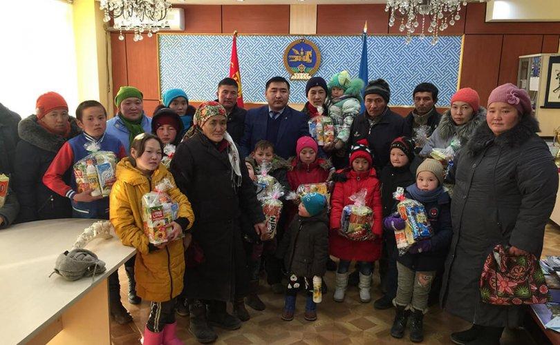 Төрийн банкны Окей клубээс Баян-Өлгий аймгийн үерт өртсөн айл өрхийн хүүхдүүдэд бэлэг өглөө
