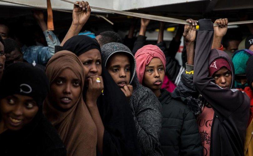300 гаруй цагаачдын сууж явсан усан онгоц Испанийн эрэг дээр газардлаа