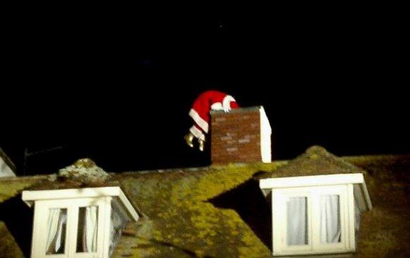 Санта Клаусыг дуурайж байгаад гэрийнхээ янданд гацжээ